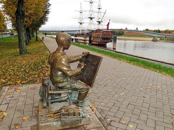Скульптура Рисующий мальчик в Великом Новгороде