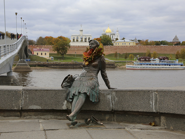 Скульптура Отдыхающая туристка в Великом Новгороде